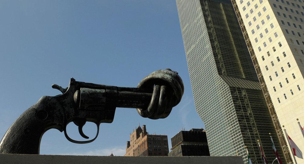 Пятиметровый бронзовый револьвер у здания ООН в НЬю-Йорке