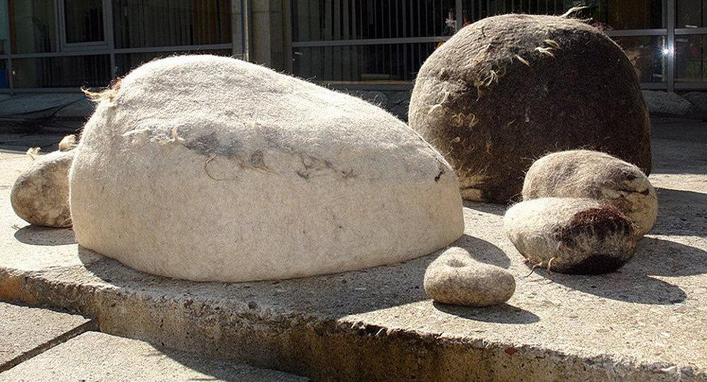 Выставка текстильных объектов Анастасии Арайс и Вероники Фоминой Соль земли