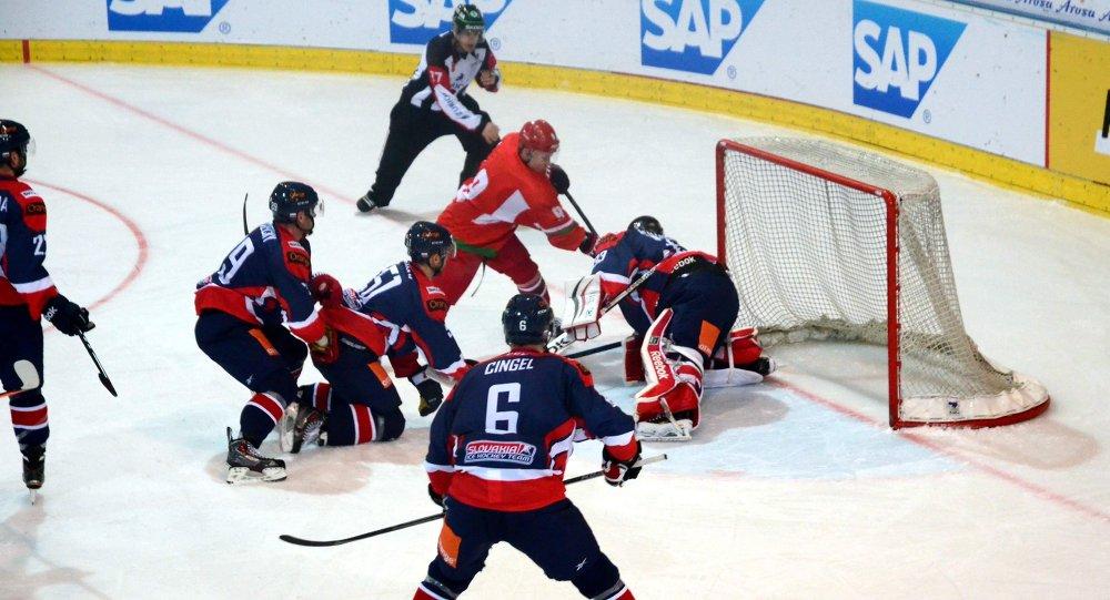 Хоккеисты сборной Беларуси у ворот словаков на Arosa Challenge
