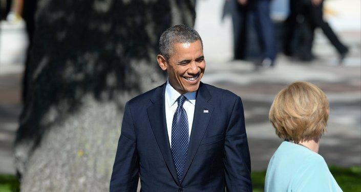 Ангела Меркель оглядывается на Барака Обаму