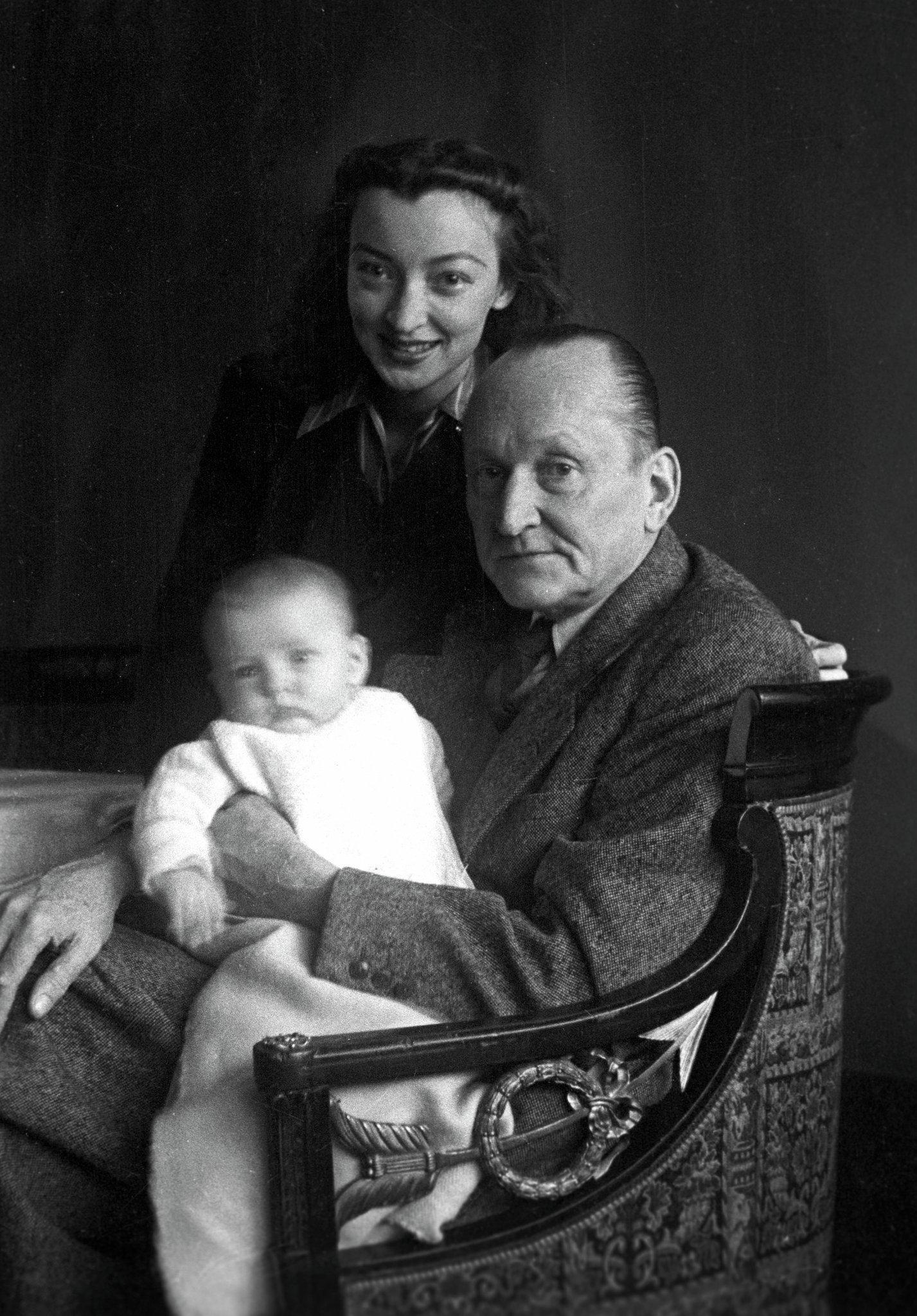 Александр Вертинский с женой и дочерью