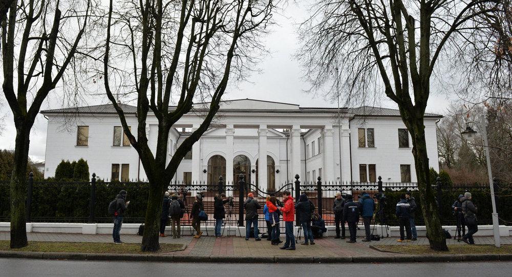 Журналисты у правительственной резиденции на Войсковом