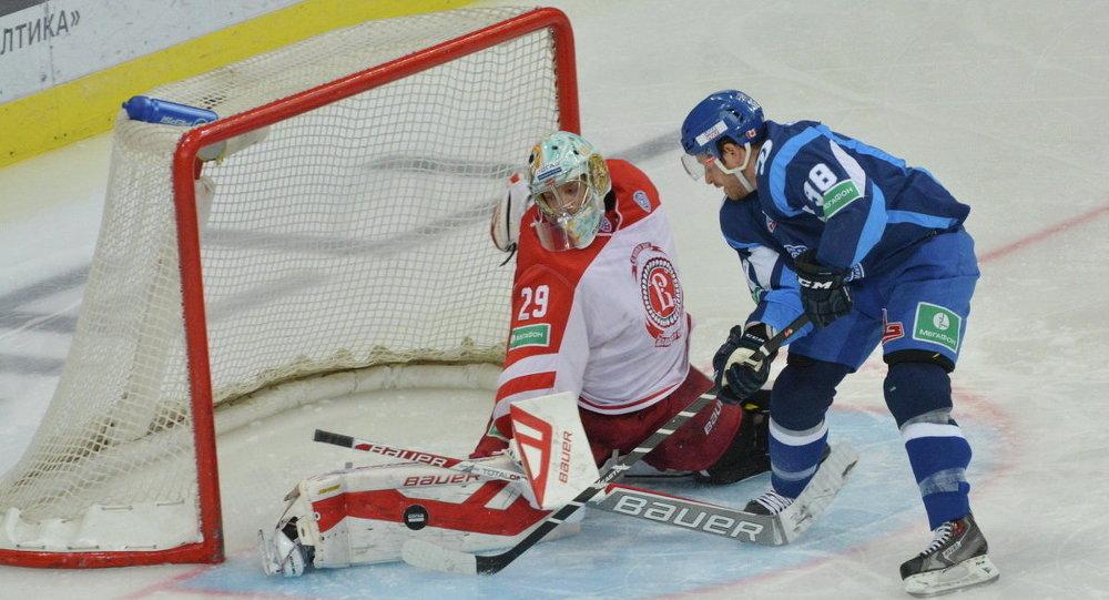 Хоккеисты минского Динамо  и чеховского  Витязя