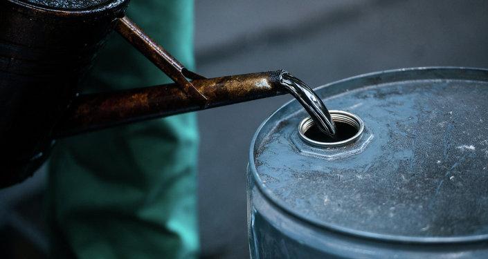 Работник НПЗ переливает жидкое масло