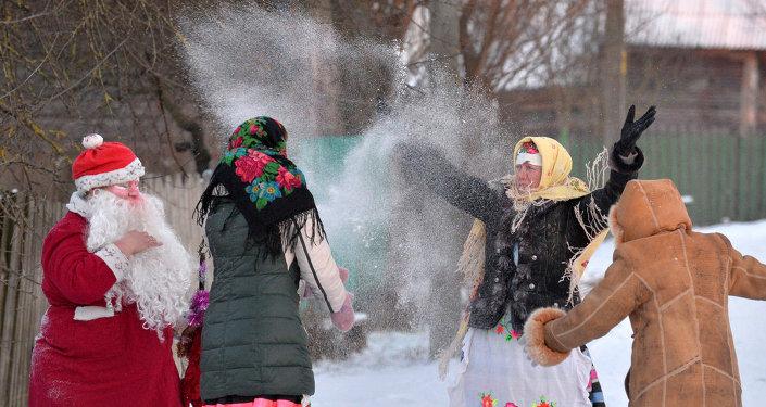 Жители деревни Погост в Гомельской области на Колядках