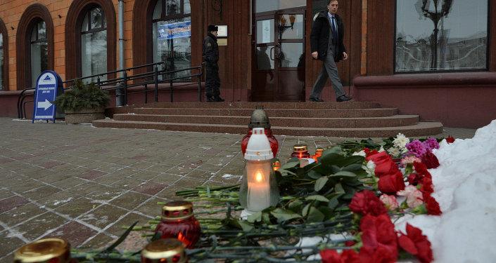 Минчане несут цветы к французскому посольству