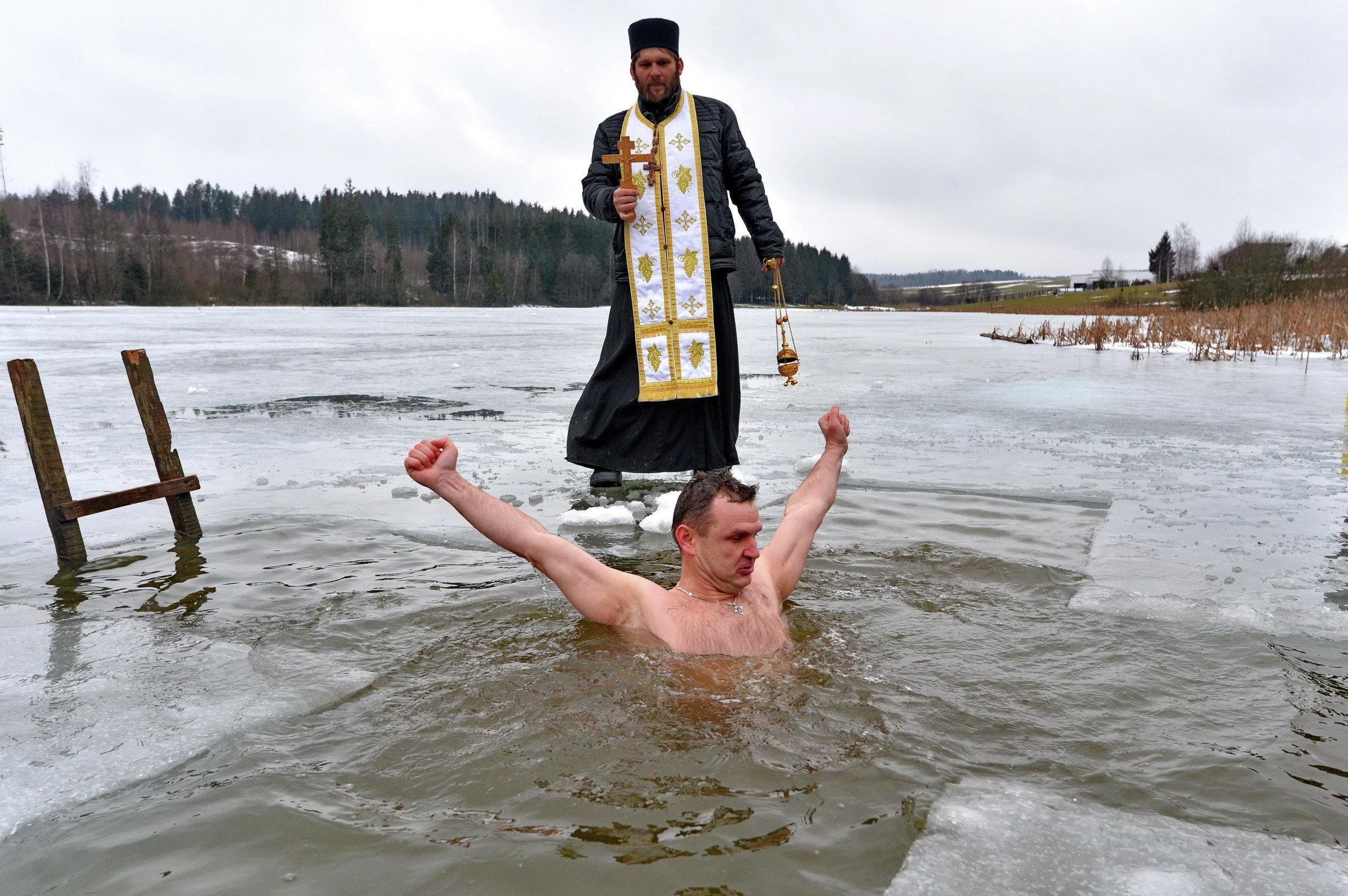 golie-kupayutsya-v-prorubi