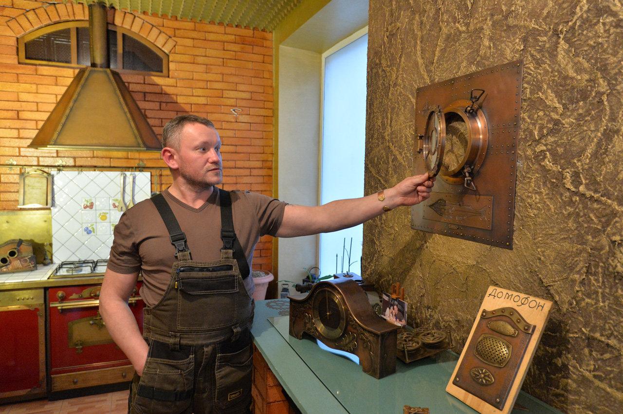 Дизайнер Дмитрий Тихоненко в мастерской