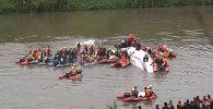 Спасатели задействовали шлюпки, чтобы добраться до упавшего самолета ATR 72
