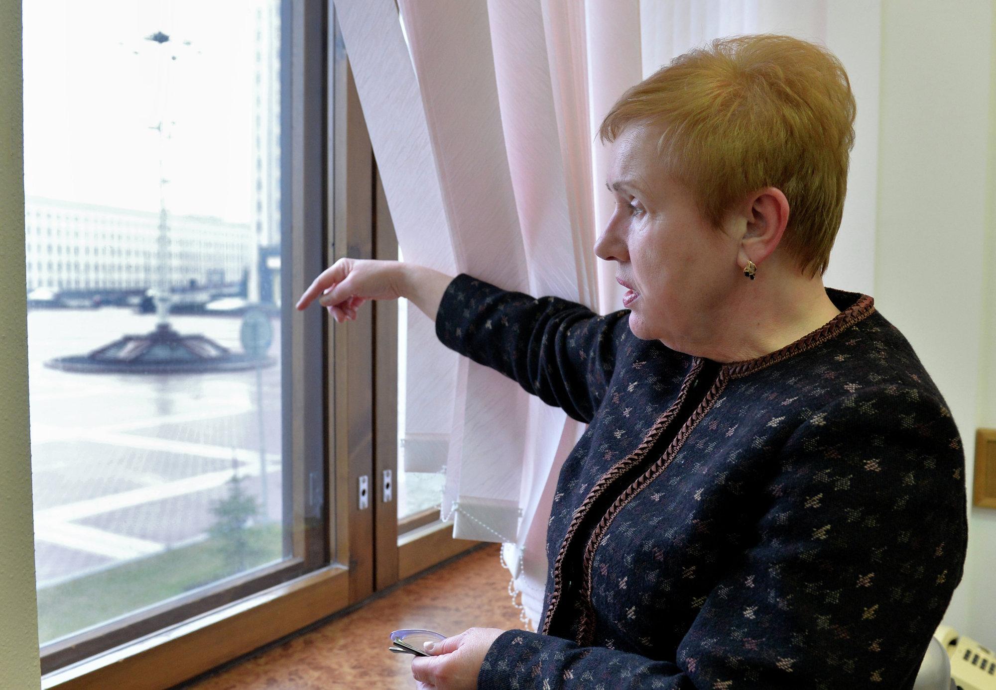 Лидия Ермошина у окна своего рабочего кабинета