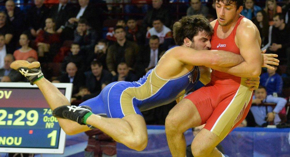 Поединок за третье место между Халилом Аминовым (Россия, в красном) и Али Шабановым (Белрусь, в синем)