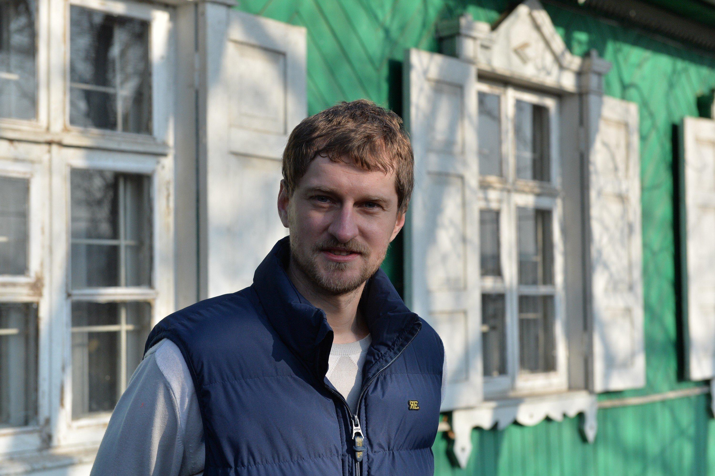 Иван Брель возле своего дома на Проездном переулке