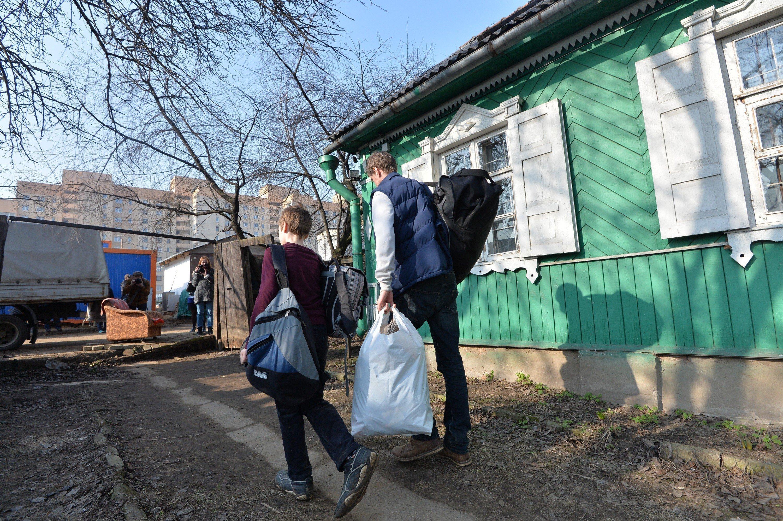 Иван Брель с сыном покидает дом после выселения