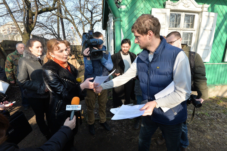 Судебные исполнители и журналисты возле дома Брель