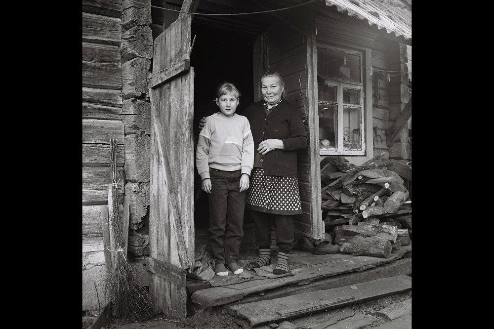 Паляшучка Галя Кузьміч разам з бабуляй Марыяй Міхайлаўнай на ганку