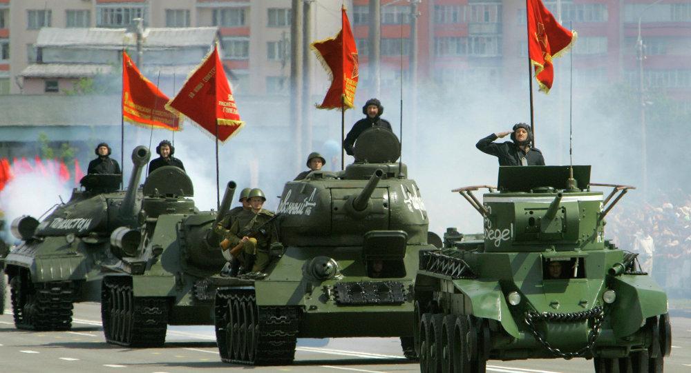 Парад раритетной военной техники в Минске. На первом плане: танк БТ-7; на втором плане: танк Т-34