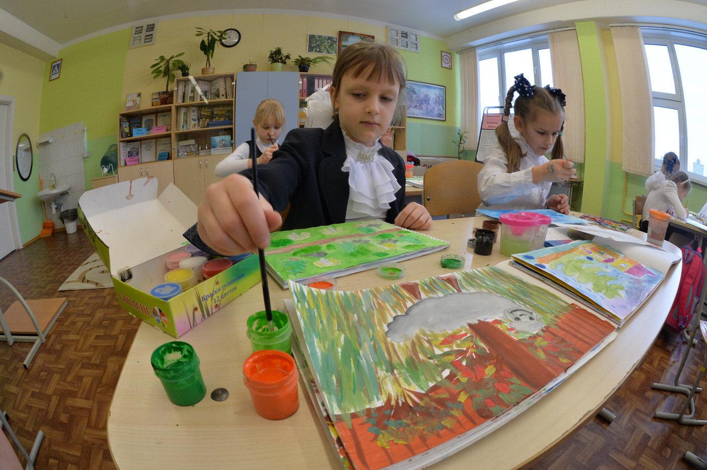Урок рисования в младшей школе