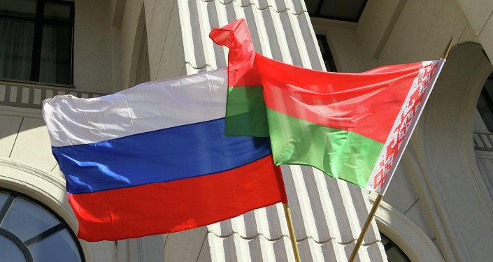 Белорусский и российский флаги