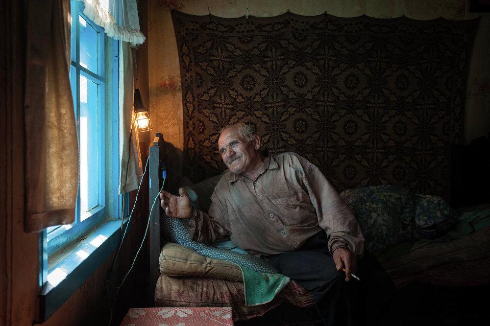 Самотны стары ў сваёй спальне. Вёска Загор'е Смаргонскага раёна