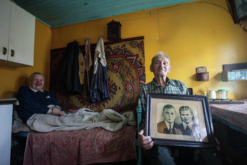 Пажылая пара, якая пражыла 50 год, са сваім вясельным партрэтам