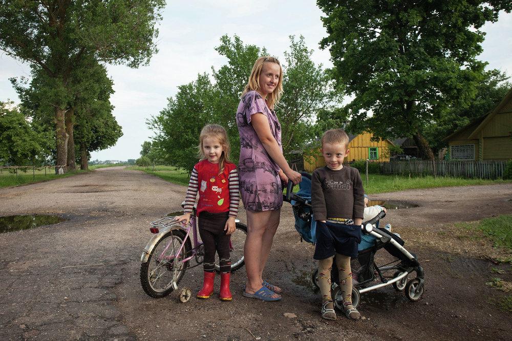 Маладая дзяўчына з дзецьмі ў беларуска-літоўскім памежжы