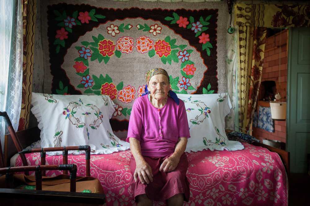Мэланія Кікіліч у спальні сваёй хаты. Хутар Антанішкі Астравецкага раёна