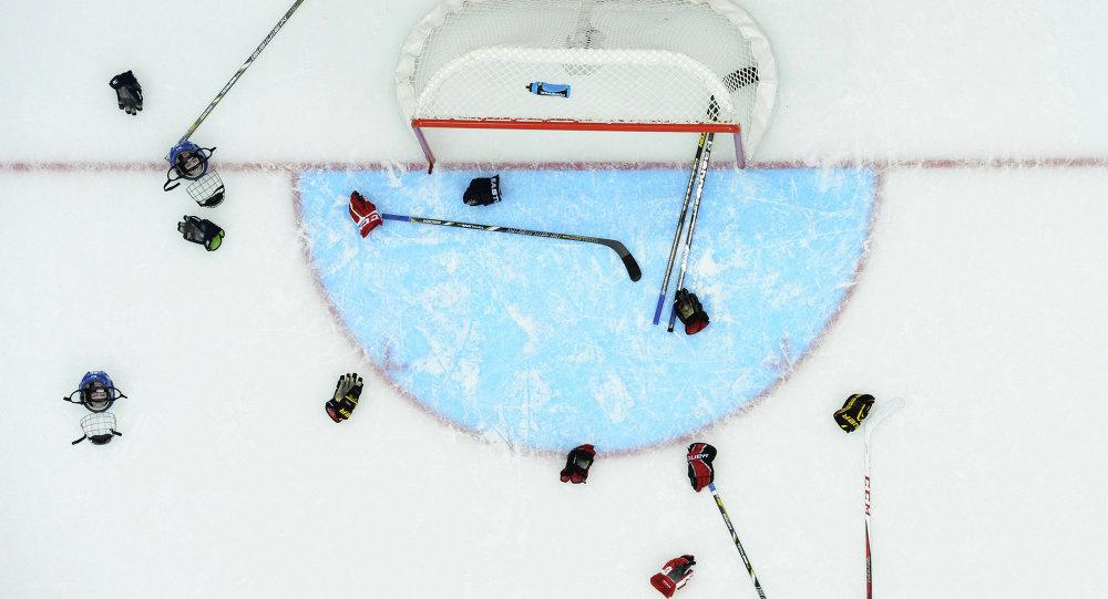 Перчатки и клюшки хоккеистов