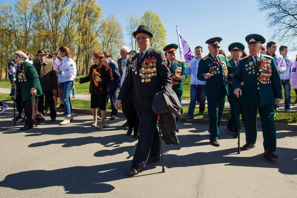 Ветераны и участники акции Сирень Победы