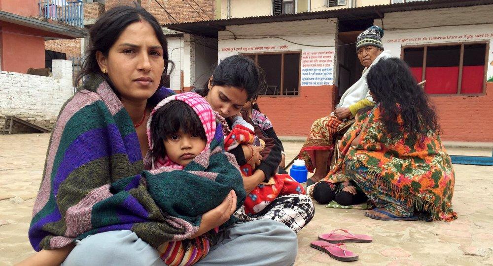 Люди вышли из здания школы после 7,7 баллов землетрясения в Катманду, Непал