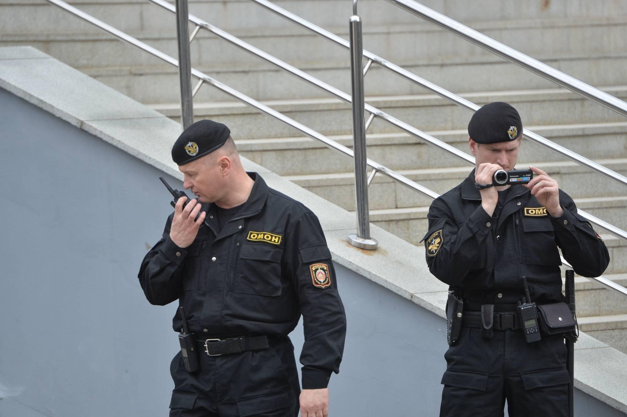 Сотрудники ОМОН возле кинотеатра Октябрь