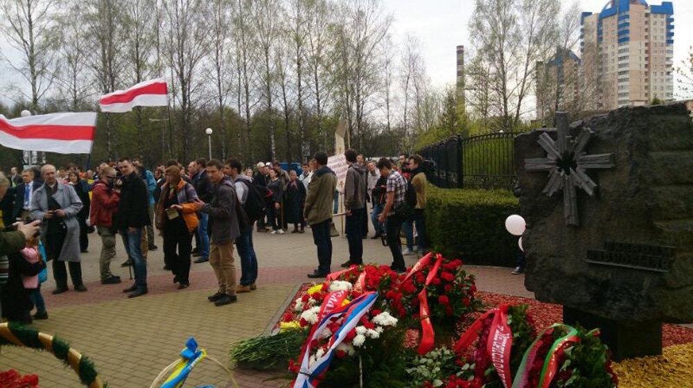 Участники Чернобыльского шляха возложили цветы возле православного храма-памятника в честь иконы Божией Матери Взыскание погибших и памятных знаков Ахвярам Чарнобыля