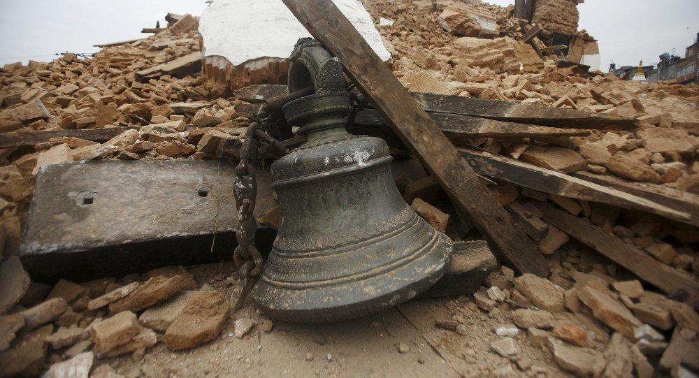 Звон сярод абломкаў храма, які рухнуў пасля землятрусу ў Катманду