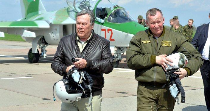 Российские летчики-испытатели Алексей Янушковский и Сергей Михалюк (слева-направо)