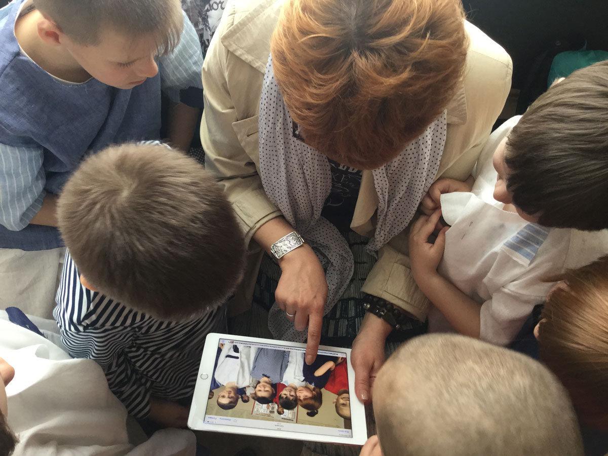 Маленькие модели Стильного начала рассматривают свою первую фотосессию