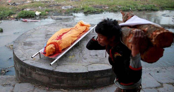 Падрыхтоўка пахавальнага вогнішча ў Непале