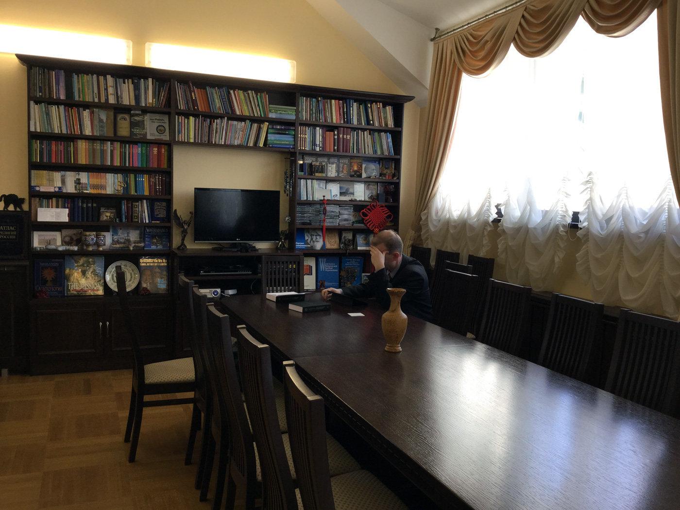 Известный белорусский сектовед Владимир Мартинович в своем кабинете