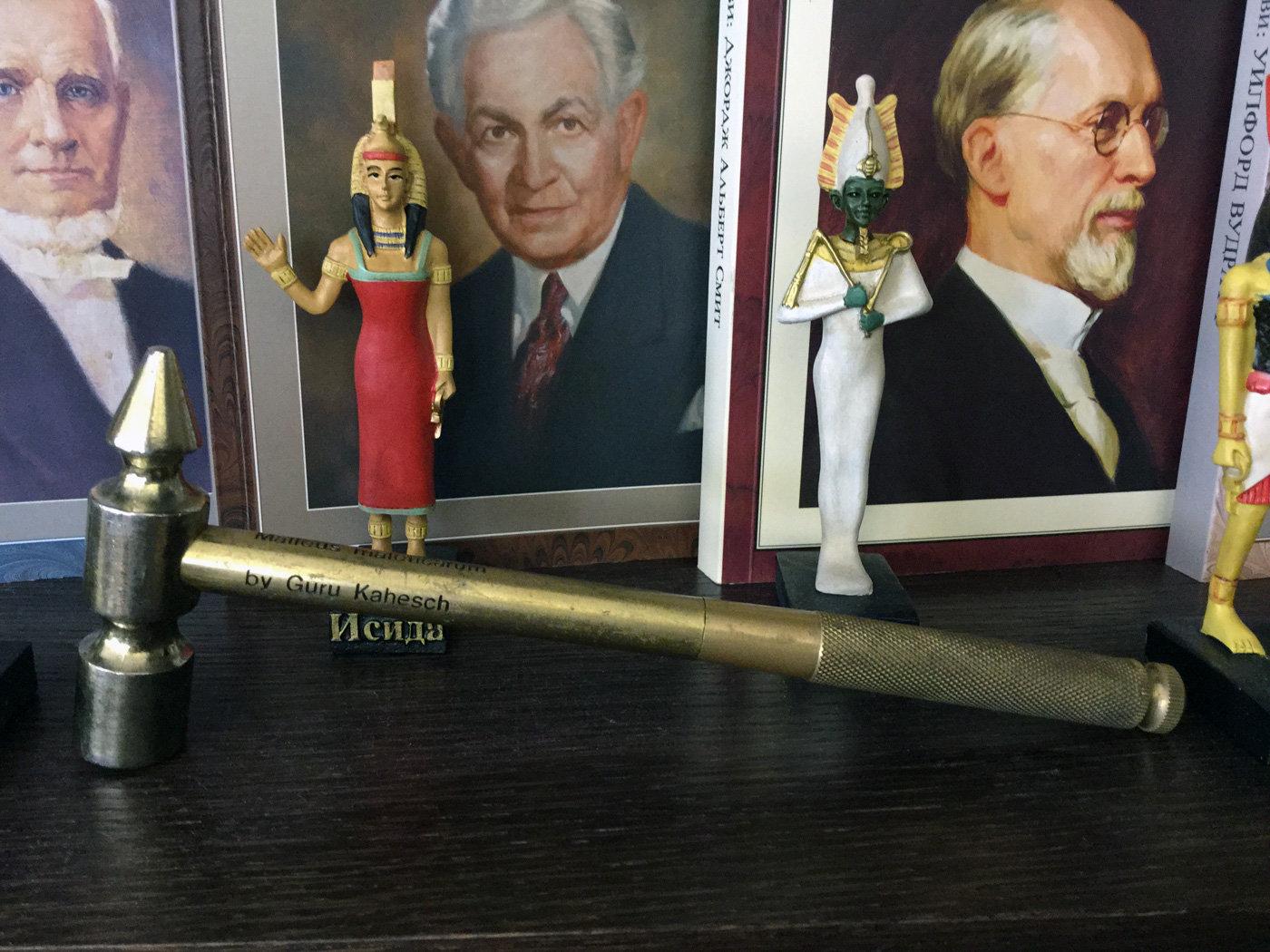 Ритуальный молоток в кабинете белорусского сектоведа Владимира Мартиновича
