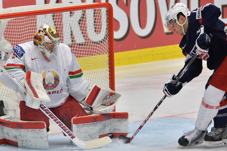 Вратарь сборной Беларуси Кевин Лаланд (слева) и игрок сборной США Бен Смит