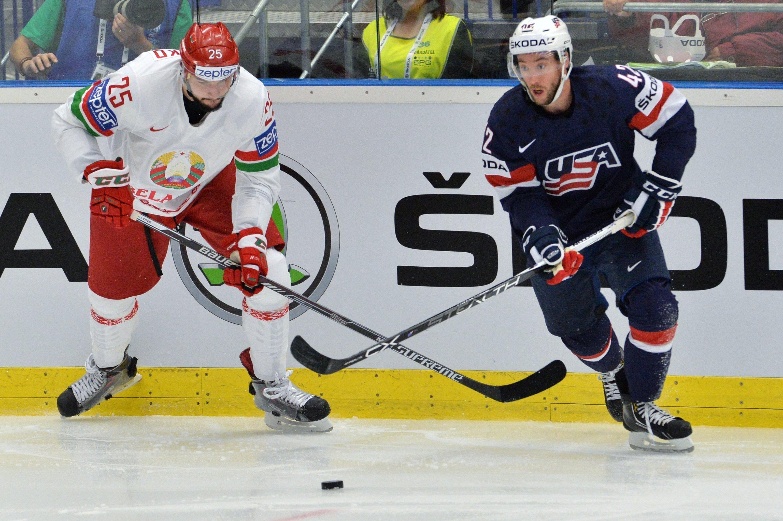 Игрок сборной Беларуси Олег Евенко (слева) и игрок сборной США Дэн Секстон