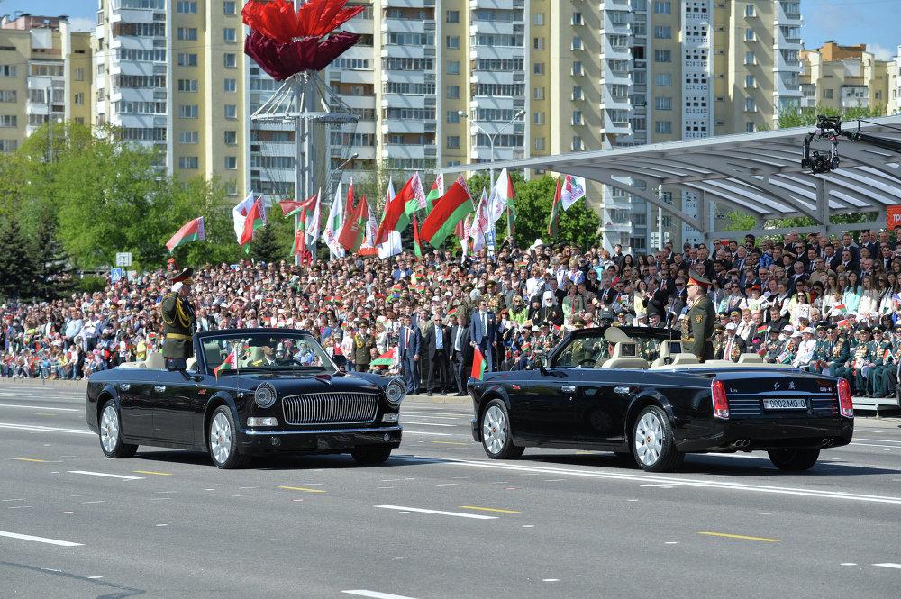 А. Раўкоў прымае парад на кітайскім лімузіне FAW