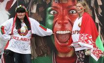 Ничто хоккейное девушкам не чуждо - белорусские болельщицы перед матчем Беларусь - Россия