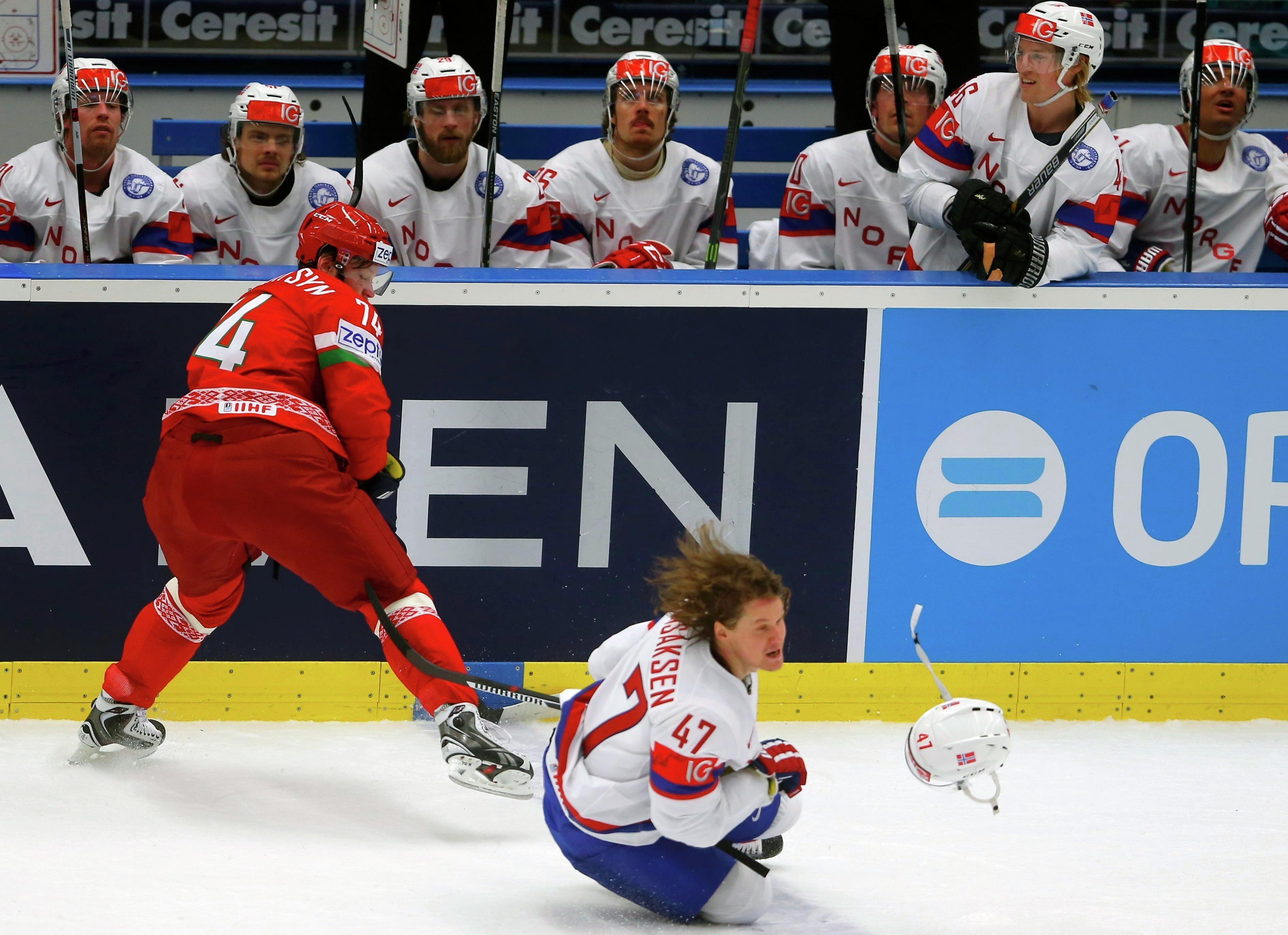 Норвежский хоккеист Александер Бонсаксен фолит на игроке сборной Беларуси Сергее Костицыне