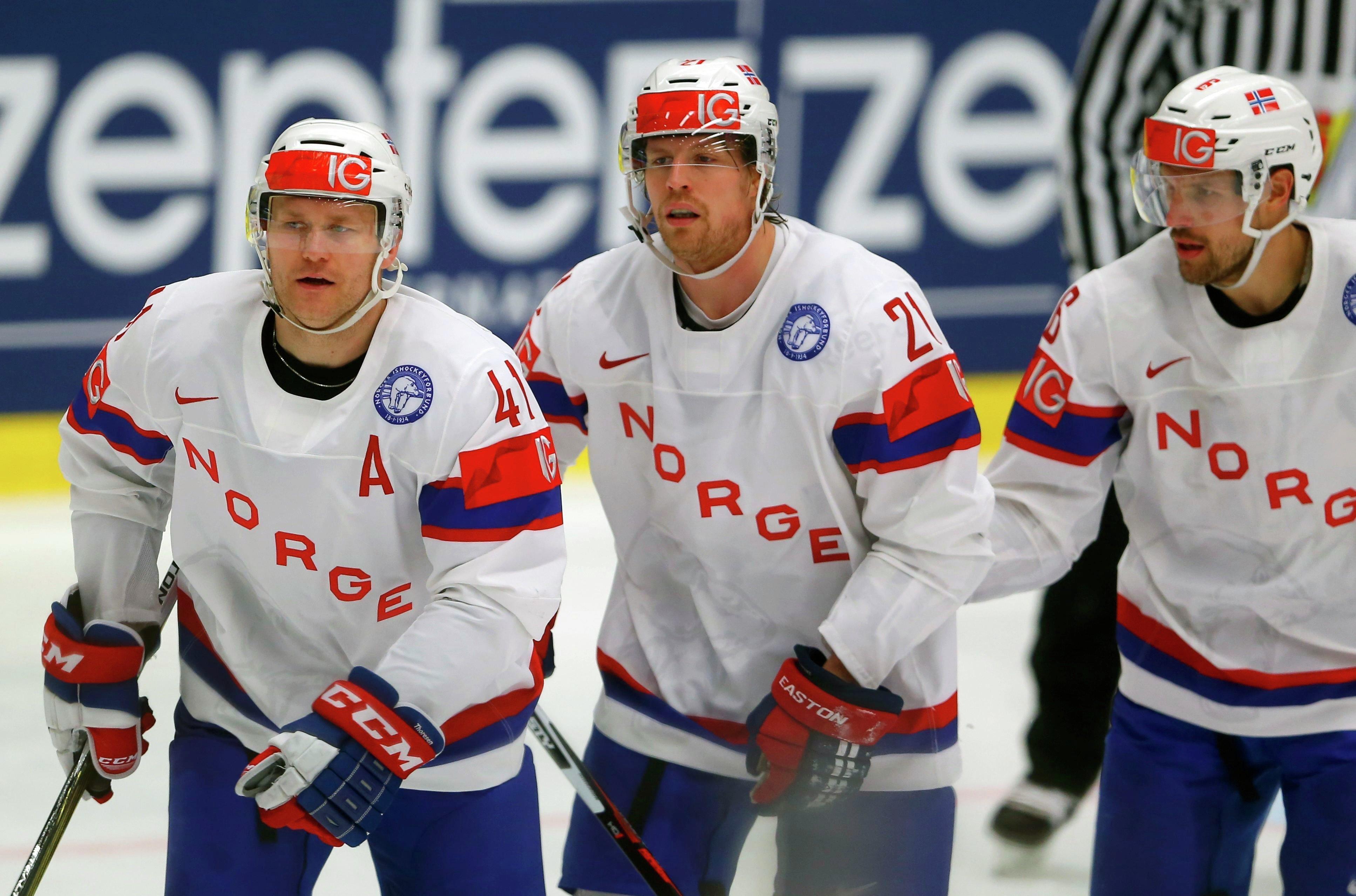 Патрик Торесен (слева) празднует гол в ворота сборной Беларуси с Мортеном Аском и Юнасом Холесом (слева направо)