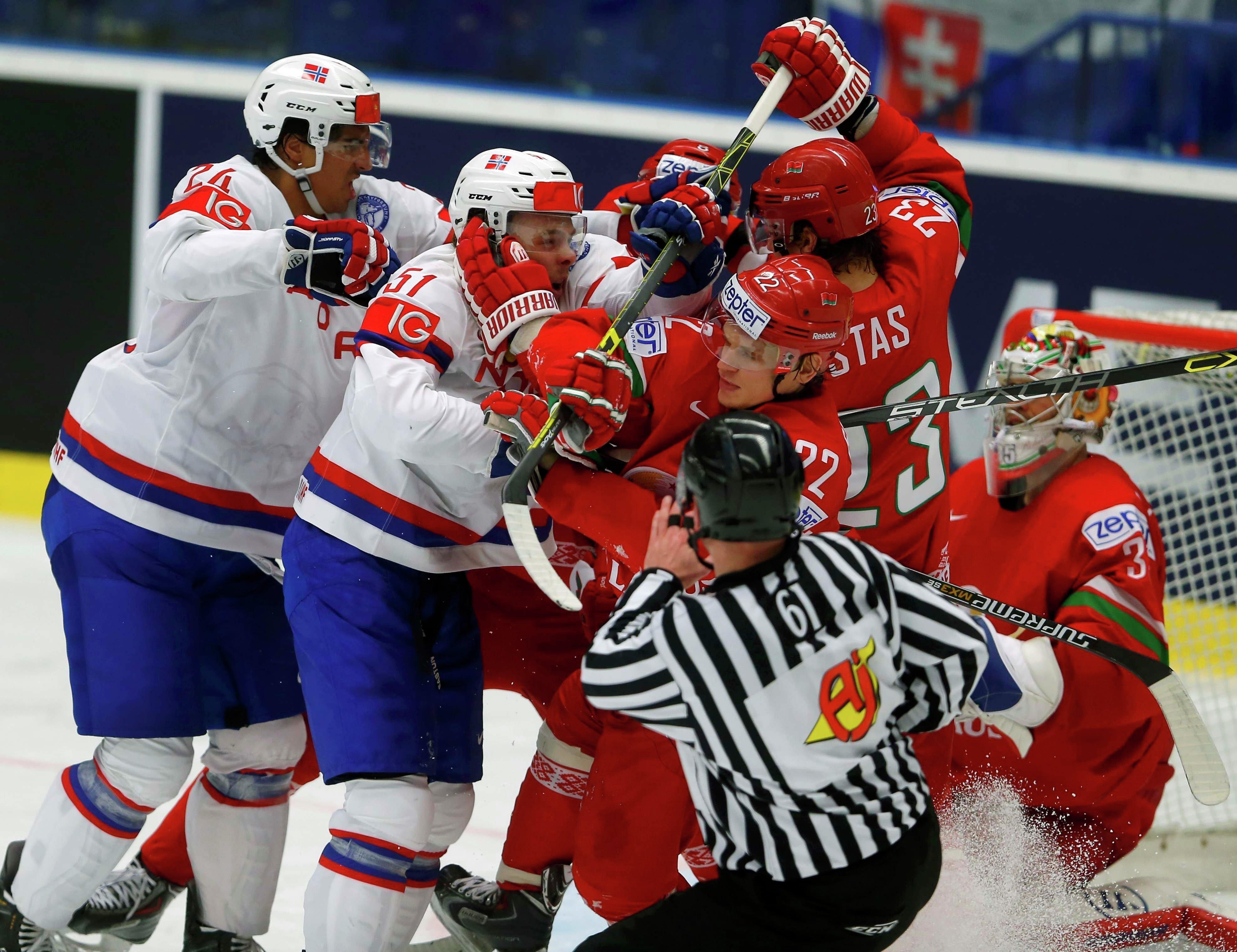 Потасовка у ворот Кевина Лаланда во время матча Беларусь - Норвегия на Чемпионате мира по хоккею