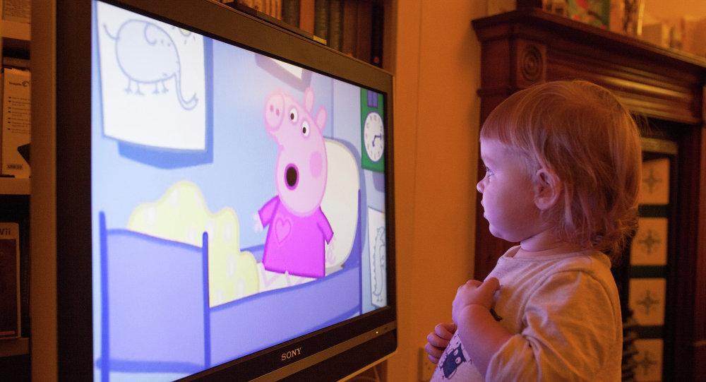 Дзіцяці глядзіць мультфільм Свінка Пэпа