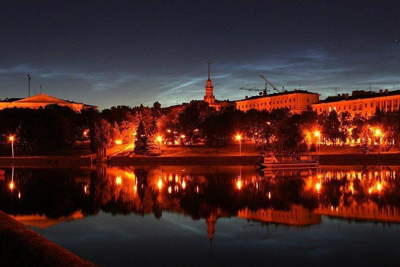 Серебристые облака над ночным Минском