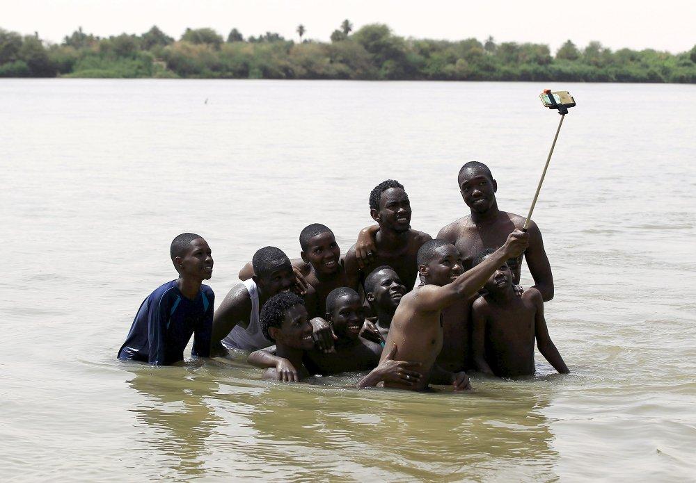 Моладзь Судана робіць сэлфі