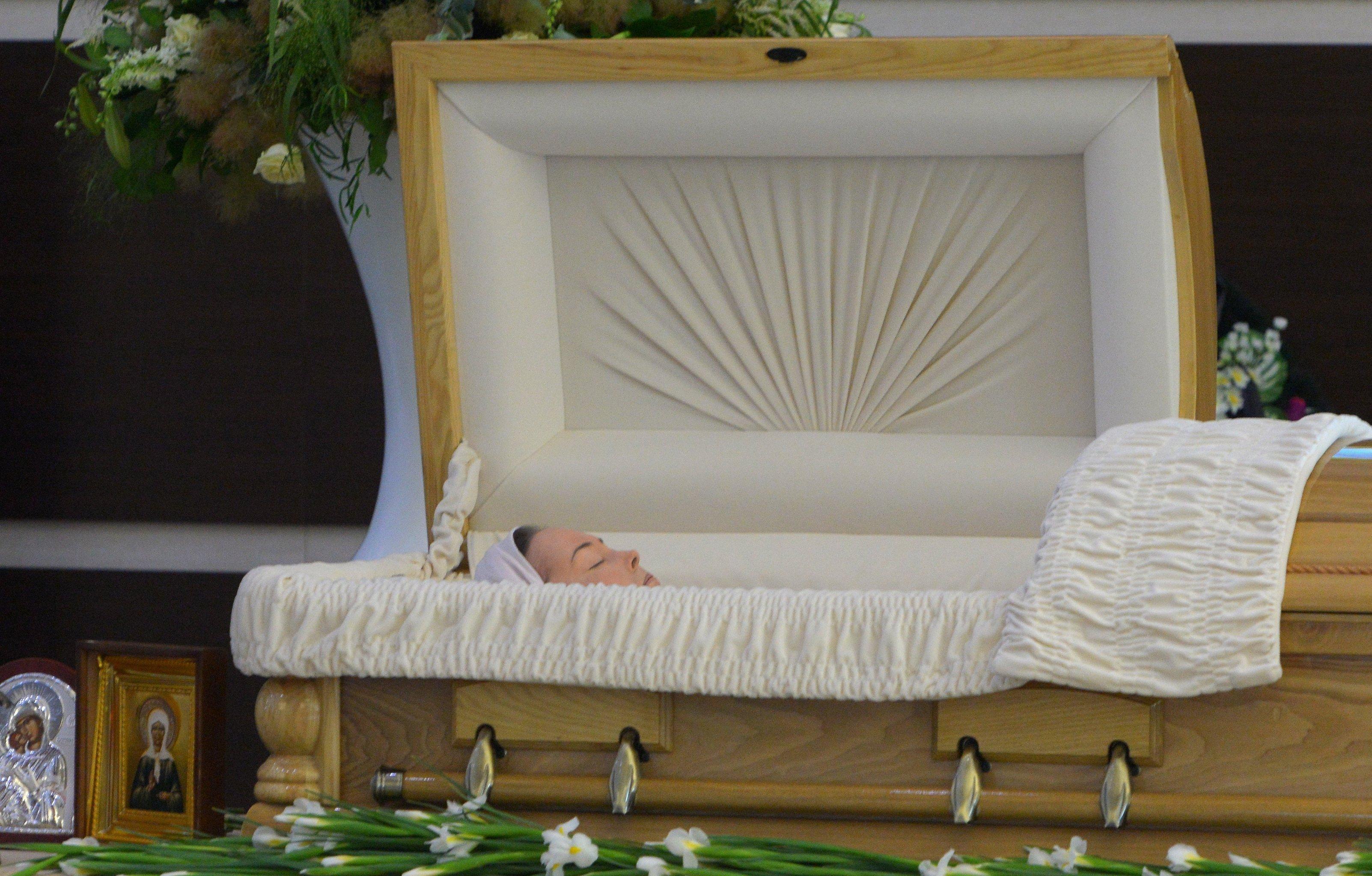 Гроб с телом певицы Жанны Фриске во время церемонии прощания