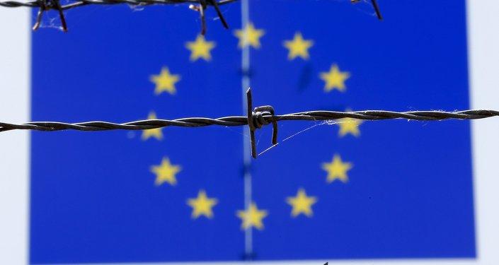 Флаг Евросоюза за колючей проволокой