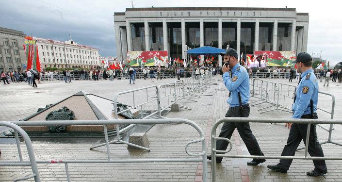 Сотрудники милиции и ограждения на Октябрьской площади
